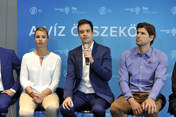 Székely Dávid, az M4 Sport vezetőszerkesztője (k) beszél, mellette Erdős Eszter, a szinkronúszás sportági szakértője (b) és Madaras Norbert olimpiai és világbajnok vízilabdázó (j), a közvetítések kommentártorai az MTVA sajtótájékoztatóján a július 14-én kezdődő vizes vb fő helyszínén, a Duna Arénában 2017. június 8-án.