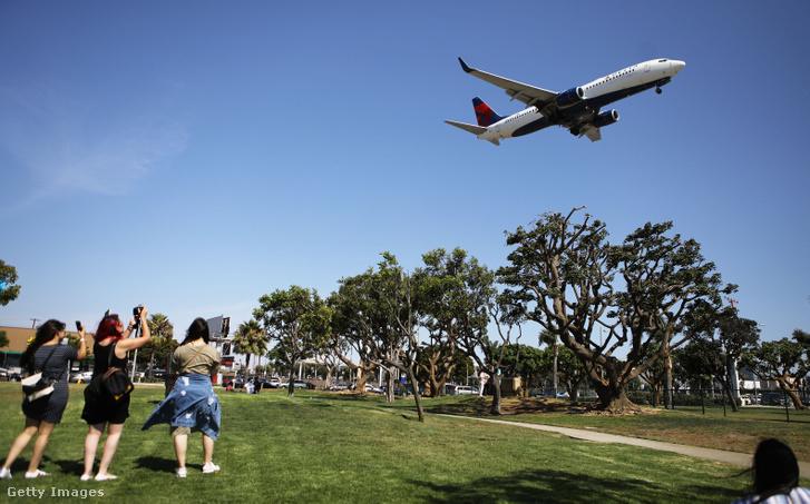 A Delta Airlines egyik gépe Los Angeles fölött 2018 júliusában