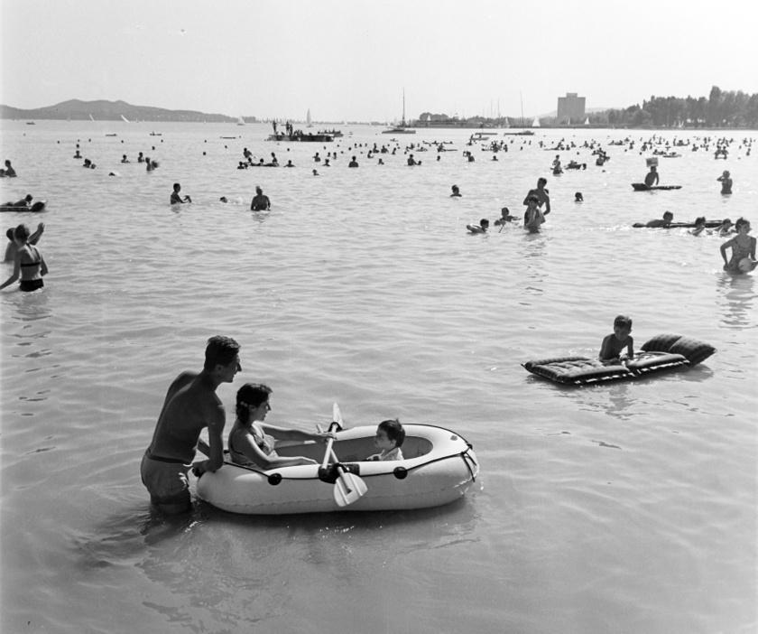 Balatonfüred strandja mindig töretlen népszerűségnek örvendett. Aki csak tehette, NDK-s gumimatracon ugrált, már a 60-as években is.