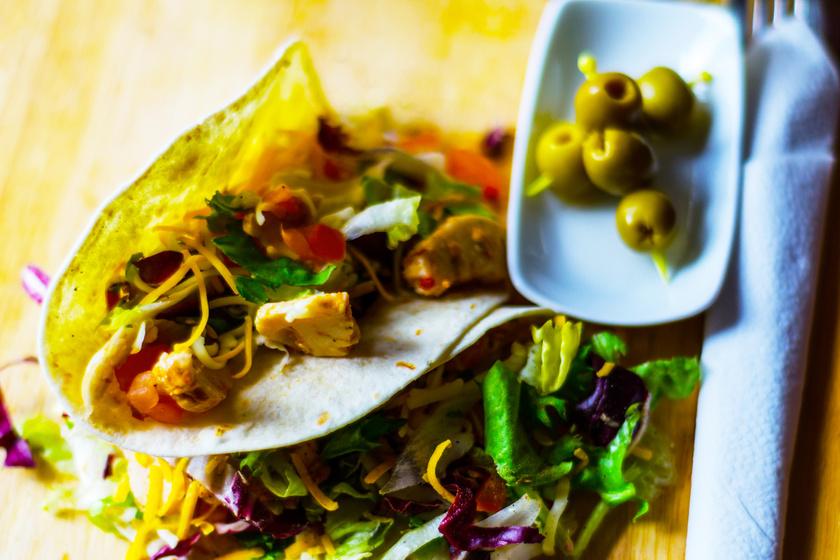 Finom, töltött, csirkés wrap olívabogyóval: ebédre és vacsorára is kiváló