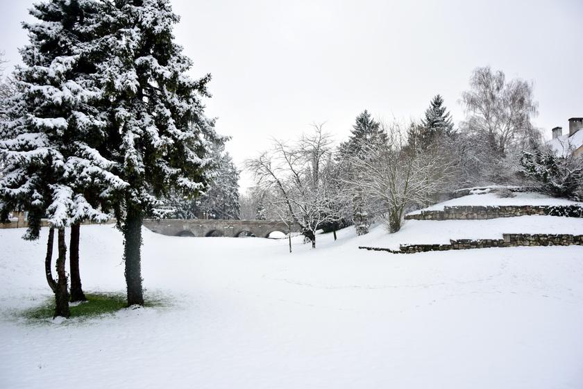 Habár 2010. december 24-én egyes településeken a 15,9 fokot is meghaladta a hőmérséklet, szilveszterre közel 10 centi hó hullott.