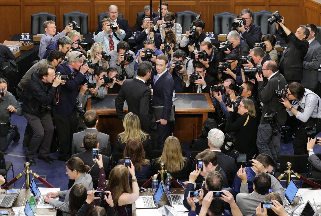 Mark Zuckerberg a 87 millió felhasználó adatait érintő botránnyal kapcsolatos szenátusi meghallgatáson