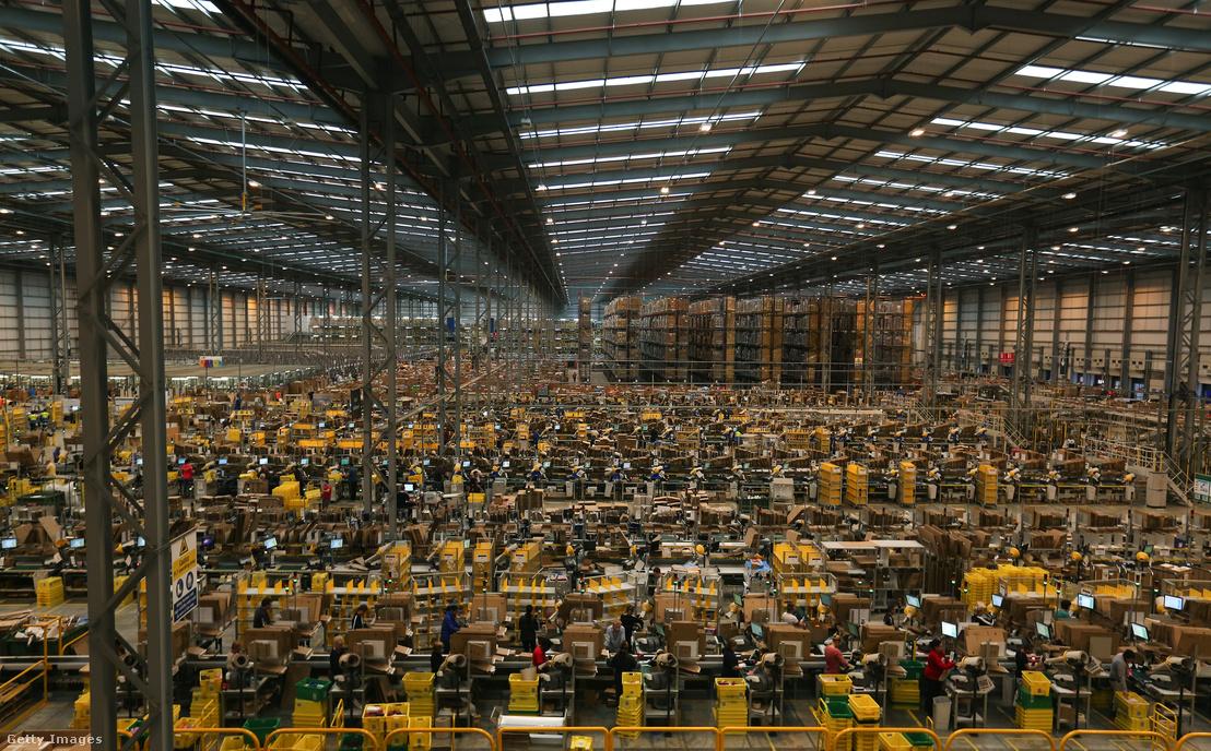 Amazon dolgozók serénykednek a 2014-es A Black Friday előtt a cég peterborough-i raktárában, Angliában