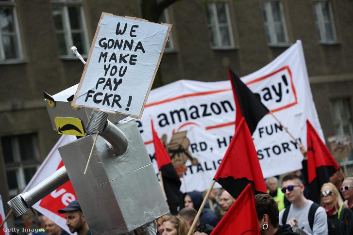 Elégedetlen dolgozók tüntetnek Bezos ellen Berlinben, 2018 áprilisában