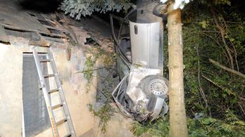 Háztetőbe csapódott egy autó a Csúcshegyen, meghalt a sofőr