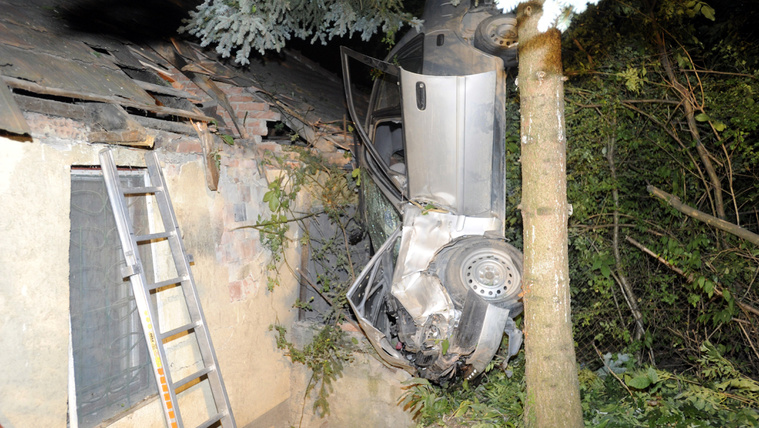 Budapest 2018. július 31. Háztetõbe csapódott autó a III. kerületi Csúcshegyen az Örvös utca és az Õzsuta utca keresztezõdésénél 2018. július 31-én. Az autó vezetõje a helyszínen meghalt. MTI Fotó: Mihádák Zoltán