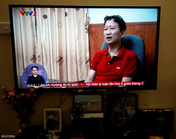 Vietnamba hurcolása után a tévében a bűnbánó Trinh Xuan Thanh.