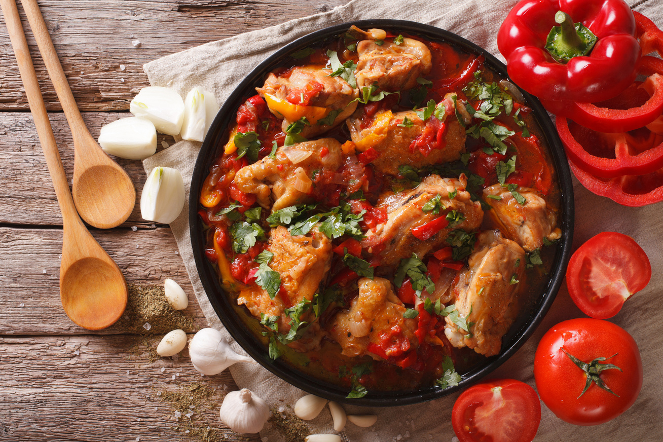 Ínycsiklandó lecsós csirke tunkolni való szafttal: egyszerű, ízletes egytálétel