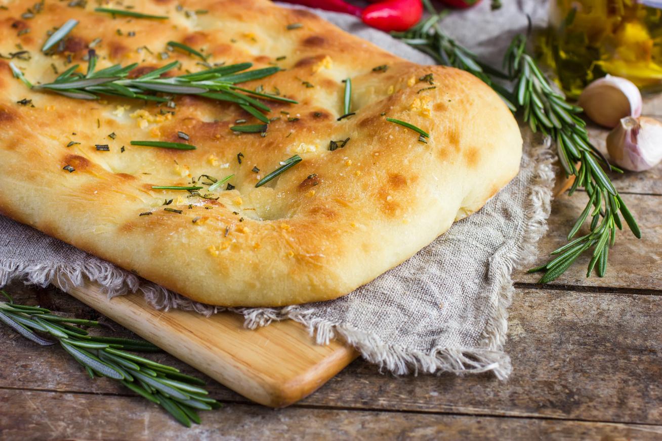 Fokhagymás focaccia a mamma receptje szerint: az olaszországi nyaraláson kaptuk a receptet