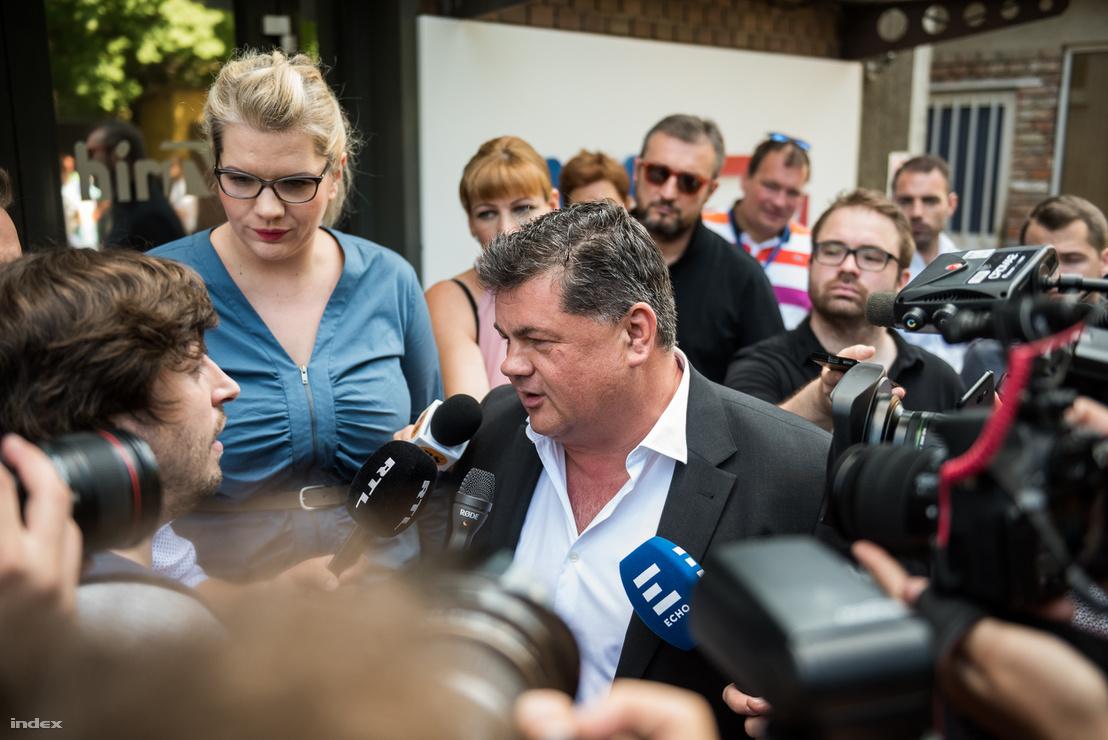 Nyerges Zsolt nyilatkozik a sajtónak