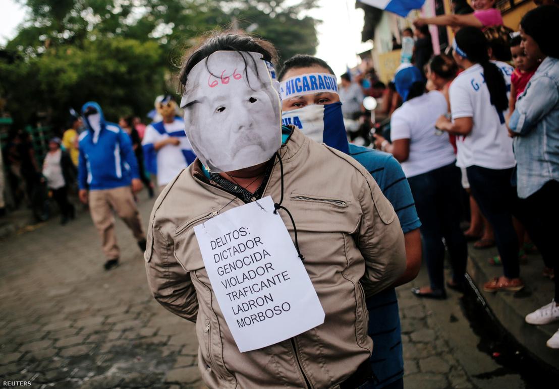 Egy tüntető Ortegát ábrázoló bábuval