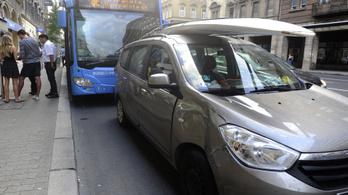 Busz és autó ütközött össze a Rákóczi úton