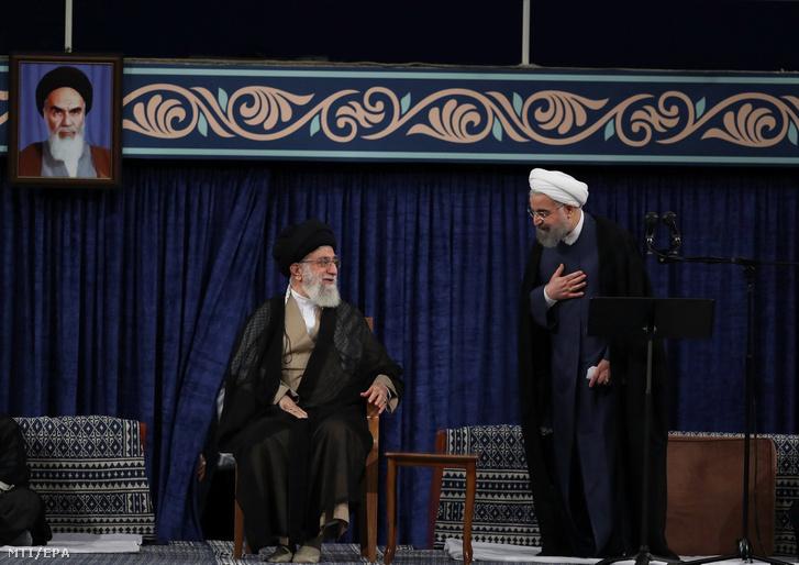 Ali Hamenei ajatollah, Irán legfelsőbb vezetője (b) és Haszan Róháni iráni elnök (j) az államfő újabb négy évre szóló, második mandátumának megkezdése alkalmából tartott ünnepségen Teheránban 2017. augusztus 3-án.