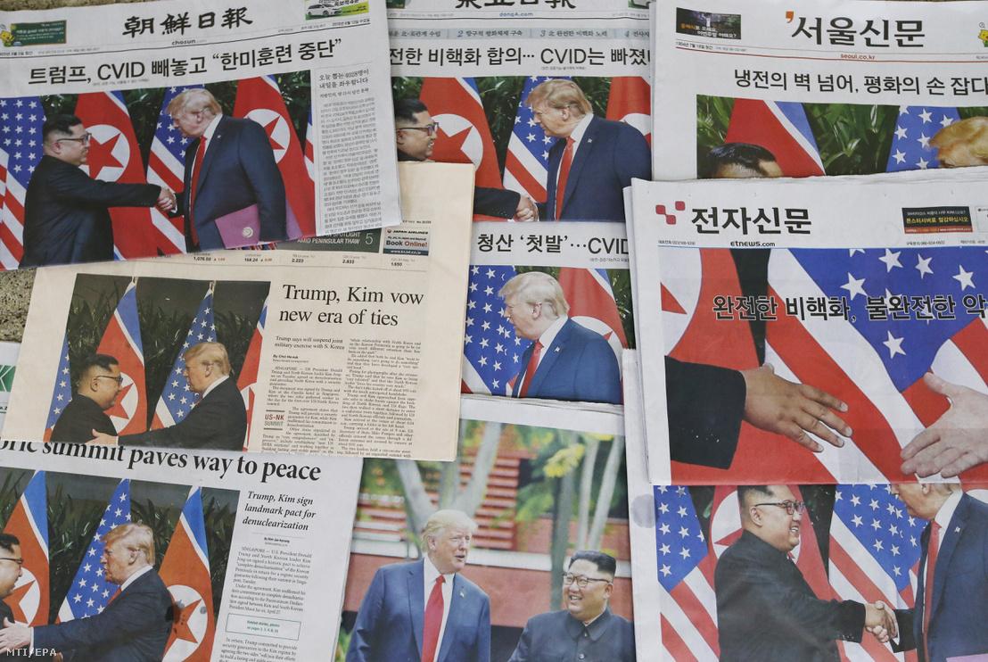 Dél-koreai napilapok Kim Dzsong Un észak-koreai vezető és Donald Trump amerikai elnök előző napi szingapúri csúcstalálkozójával a címlapon egy szöuli újságosnál 2018. június 13-án.