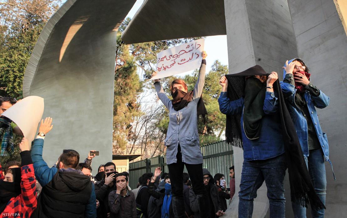 A növekvõ árak miatt tiltakozó diákok az iráni kormány ellen tüntetnek a Teheráni Egyetemnél 2017. december 30-án