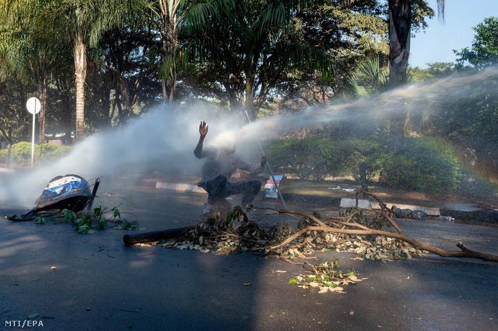 Vízágyúval arcon lõtt ellenzéki tüntetõ a tiltakozók és a rendõrök összecsapása közben