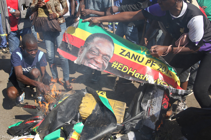 Ellenzéki tüntetõk Emmerson Mnangagwa elnök portréit égetik Hararéban
