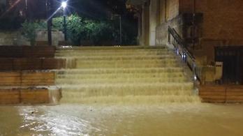 Hajnalban vízben úszott a XII. kerületi önkormányzat előtti tér