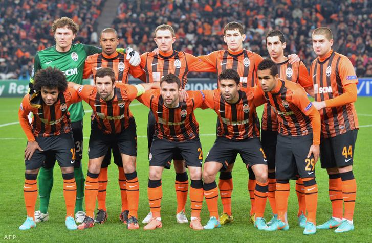 A 2012-es Sahtar Donyeck Fernandinhóval (hátsó sor, balról a második), Mkhitarjannal (hátsó, jobbról a második), Williannal (első sor, balról az első) és Alex Teixeriával (29-es számmal)