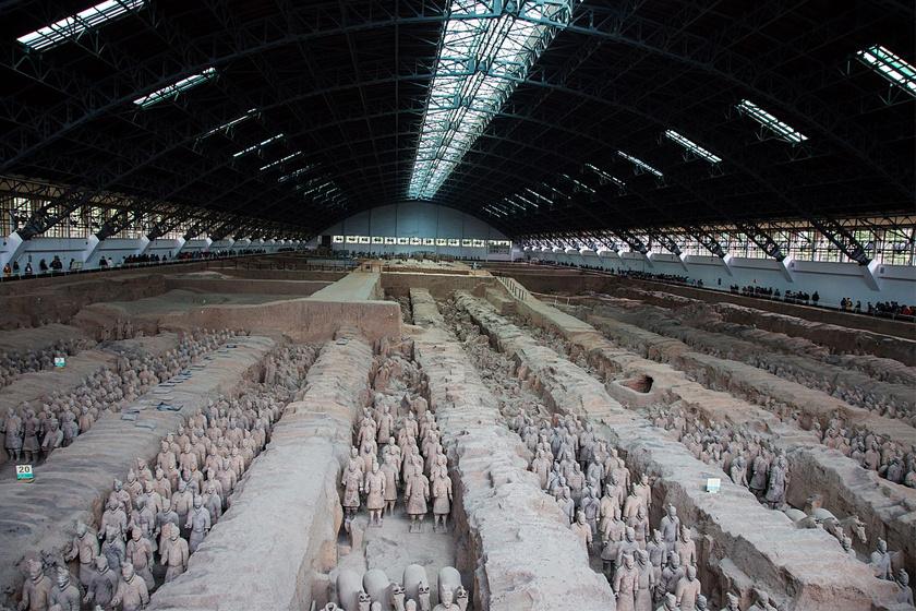 Nyolcezer katona, 130 harci szekér, 520 ló, 150 lovas - elképesztő méreteket ölt az első kínai császár kísérete.