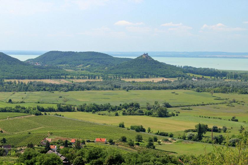 A Szent György-hegyről káprázatos panoráma nyílik Szigliget, Badacsony és a Balaton felé, már önmagában a látvány megér egy kellemes gyalogtúrát.