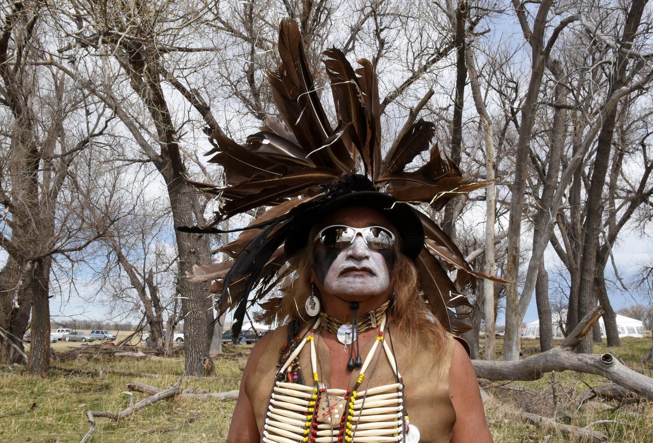 Harci díszben, napszemüvegben Dakotában. A sziúk a nagypolitikába legutóbb akkor kerültek bele, amikor 2016-ban élénken tiltakoztak Standing Rocknál a tervezett olajvezeték ellen, amiért az őseik sírjai felett húzódna. ez csak egy a sok protestáció közül, tíz éve néhány radikálisabb sziú még a Lakota Köztársaságot is kikiáltotta - a gyakorlatban persze az Amerikai egyesült Államoktól való elszakadásból nem lett semmi.