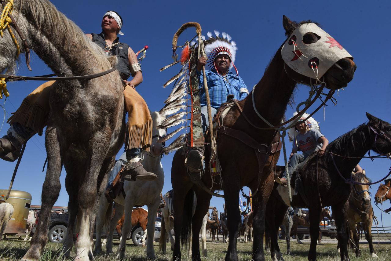 A Fekete-hegy aranya miatt a sziúkat elüldözték lakóhelyükről, mire kitört a felkelés, az utolsó nagy indián háború. Ennek volt legendás vezetője Ülő Bika, sziú nevén Tatanka Ijotake, aki aztán egy hasonlóan legendás csatában little Bighornnál megsemmisítette Custer 7. lovasezredét, a megtorlás elől pedig néhány évre Kanadába vezette népét. Miután amnesztia ígéretével visszacsábították, öreg korára szégyenszemre vásári mutatványos lett a keleti part nagyvárosaiban. Azt mondják, igazából csak ekkor döbbent rá, hogy egy teljes ipari civilizációval vív reménytelen harcot. Miközben Buffalo Bill vadnyugati showjában lépett fel, időnként azért anyanyelvén megátkozta a tapsoló-röhögő közönséget.