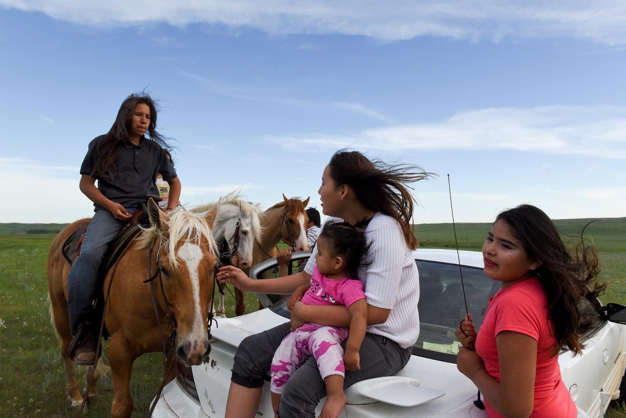 A sziú törzsek korábban letelepedett életmódot folytattak, de a varjú indiánokkal való összecsapások miatt fokozatosan nyugatra, a Missourin túlra költöztek. A prérin visszatértek a nomadizáláshoz - ezt a hagyományos etnográfia hajlamos másodlagos primitivitásnak, degradációnak mondani, de az az  élet, amit átszínezve az indiánromantikából, könyvek és filmek garmadájából ismerhetünk egy kicsit, ekkor formálódott, és a sziúk szívesen gondolnak fejlődésként a nomád útra.
