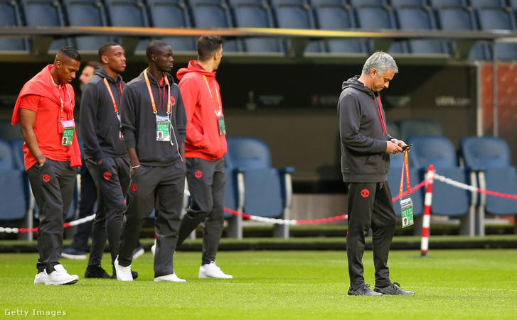 Mourinho ezentúl a kispadon is nyomkodhatja a mobilját