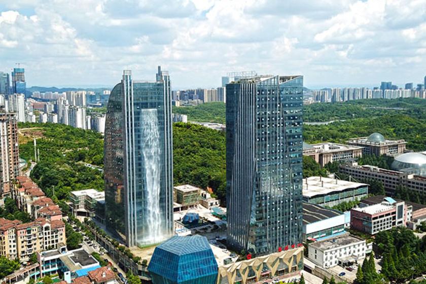 Egy kínai cég 108 méteres vízesést épített 121 méter magas felhőkarcolójuk oldalába.