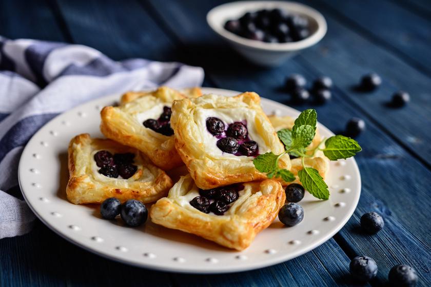 Ropogós, áfonyás, túrós süti, amit leveles tésztából 25 perc alatt elkészíthetsz