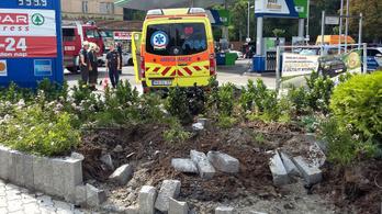 Benzinkút területére csapódott egy mentőautó a II. kerületben