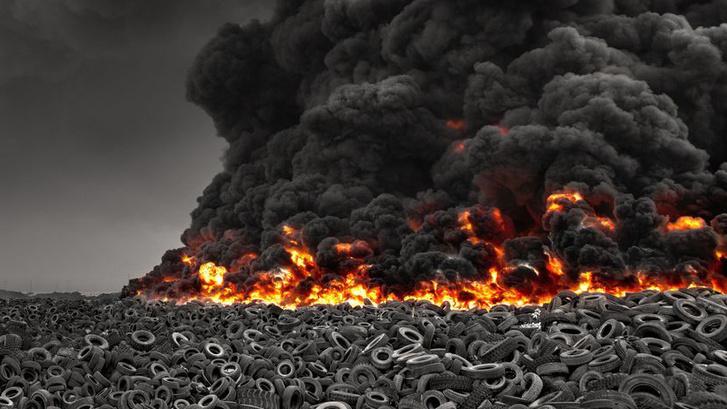Lángoló használtgumi-lerakat Kuvaitban