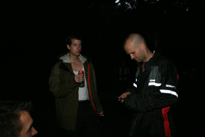 Szajkó Dávid versenyző Kiczenko Gábor versenyzővel egyeztet a hétvégi versennyel kapcsolatban, motorosruhában