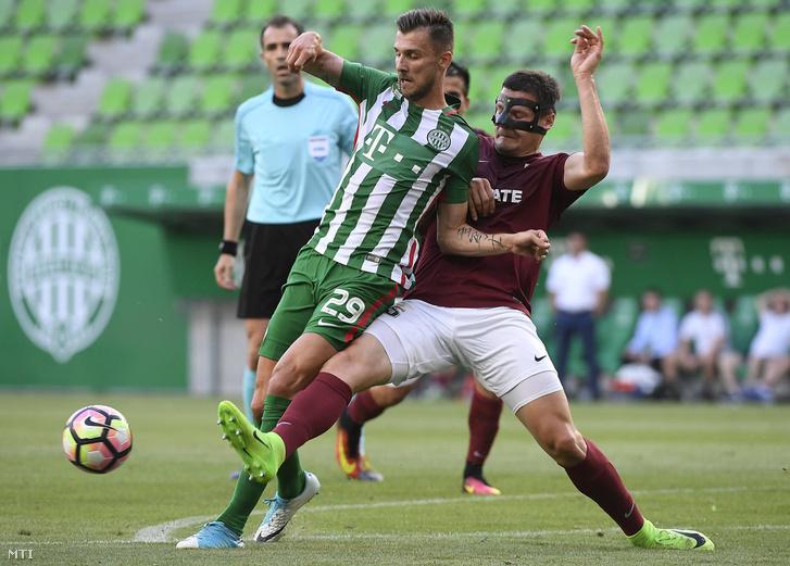 Priskin Tamás, a Ferencváros (k) és Marcis Oss, a lett Jelgava (j) játékosa az UEFA Európa Liga első selejtezőkörében játszott Ferencváros - FK Jelgava labdarúgó-mérkőzésen a budapesti Groupama Arénában 2017. június 29-én.