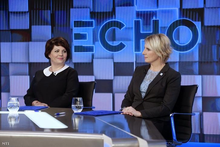 Mészárosné Kelemen Beatrix igazgatósági elnök (b) és Farkas Boglárka vezérigazgató az Echo TV fejlesztéseinek hátteréről és a televízió stratégiai céljainak ismertetéséről szóló sajtótájékoztatón az Echo TV emeleti stúdiójában 2017. december 4-én.