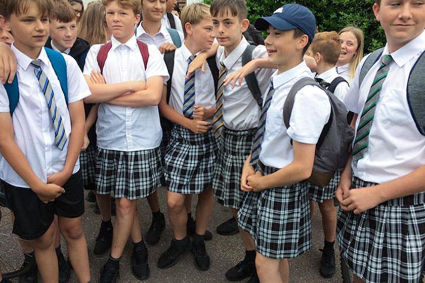 Egy angliai iskolában a legnagyobb nyári melegben megtiltották a fiúknak a rövidnadrág viselését - erre ők szoknyában mentek suliba.
