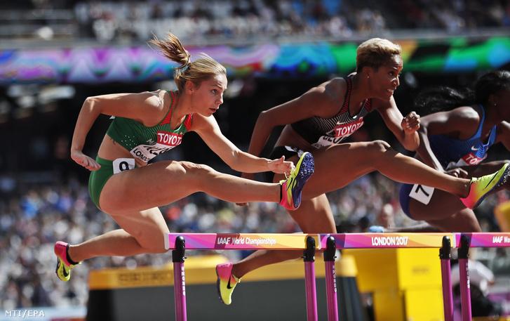 Kozák Luca (b) és a kanadai Phylicia George versenyez a női 100 méter gátfutás selejtezőjében a 16. szabadtéri atlétikai világbajnokságon a London Stadionban 2017. augusztus 11-én.