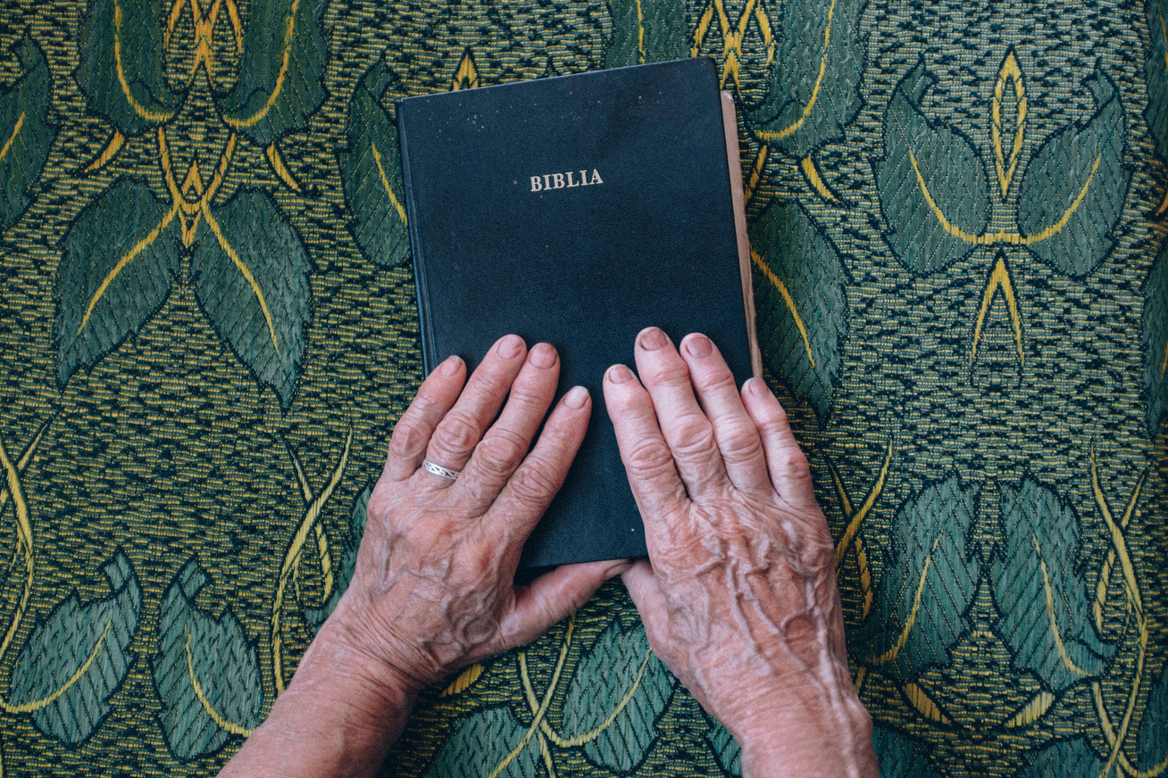 biblia öreg kezek
