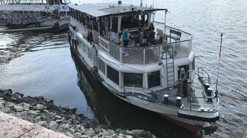 Kövekre sodródott egy BKK-hajó a Parlamentnél