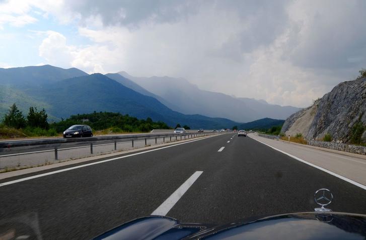 Jön az eső és a hegyek, három színben