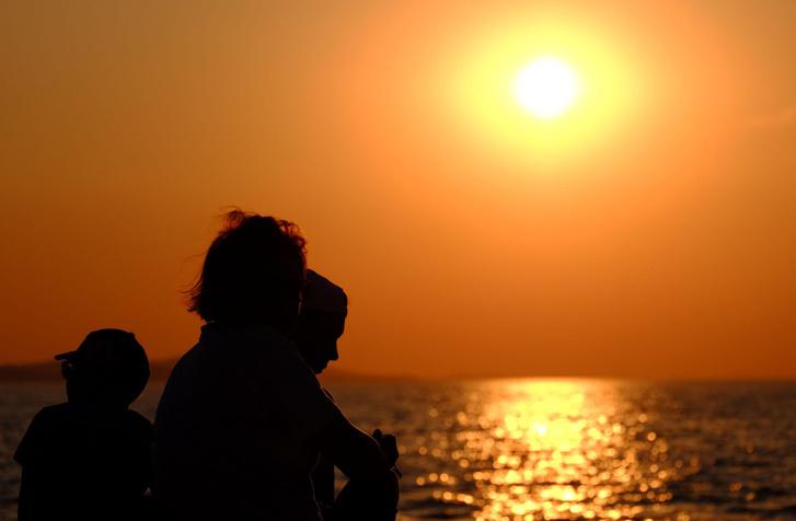Zadari naplemente családdal