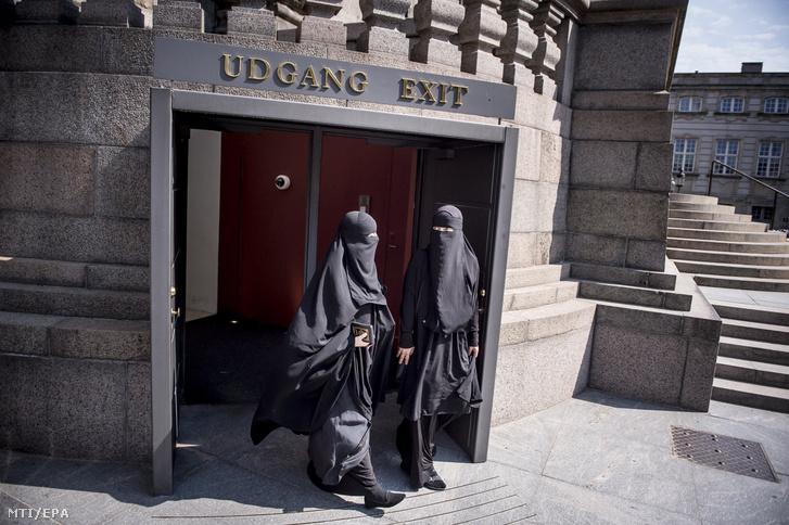 Nikábot viselő nők távoznak a dán parlament koppenhágai épületéből 2018. május 31-én.