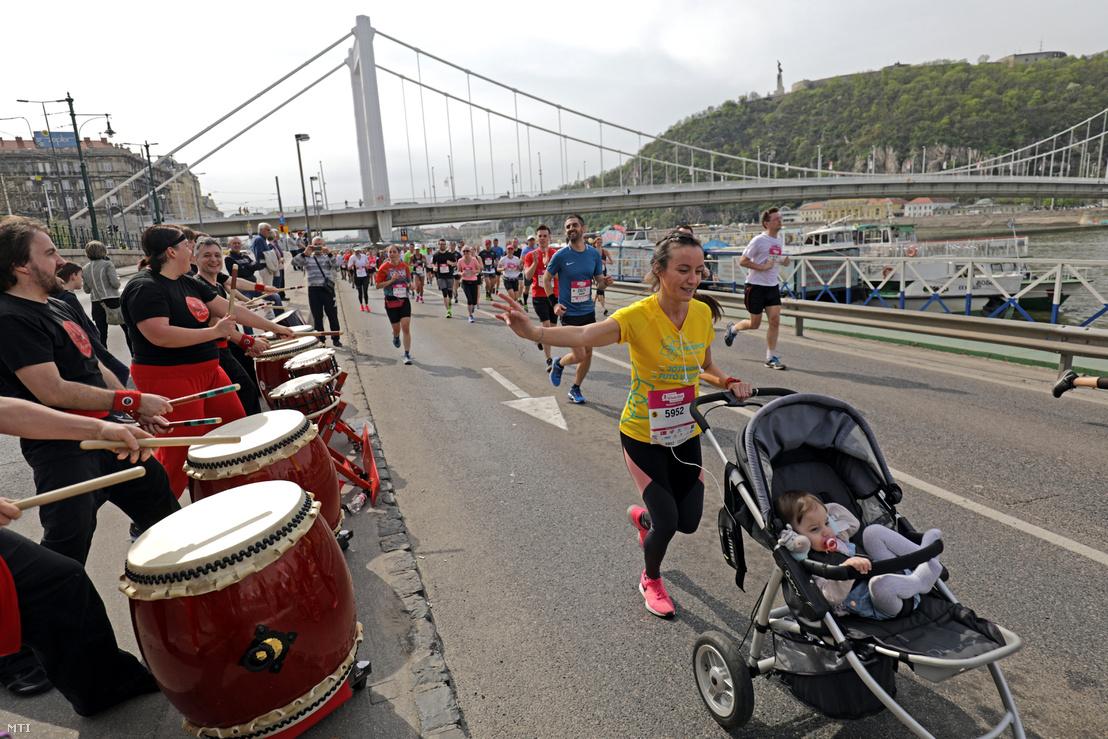 Résztvevők a 33. Telekom Vivicittá Városvédő Futás félmaraton versenyén a Jane Haining rakparton a háttérben az Erzsébet híd 2018. április 15-én.