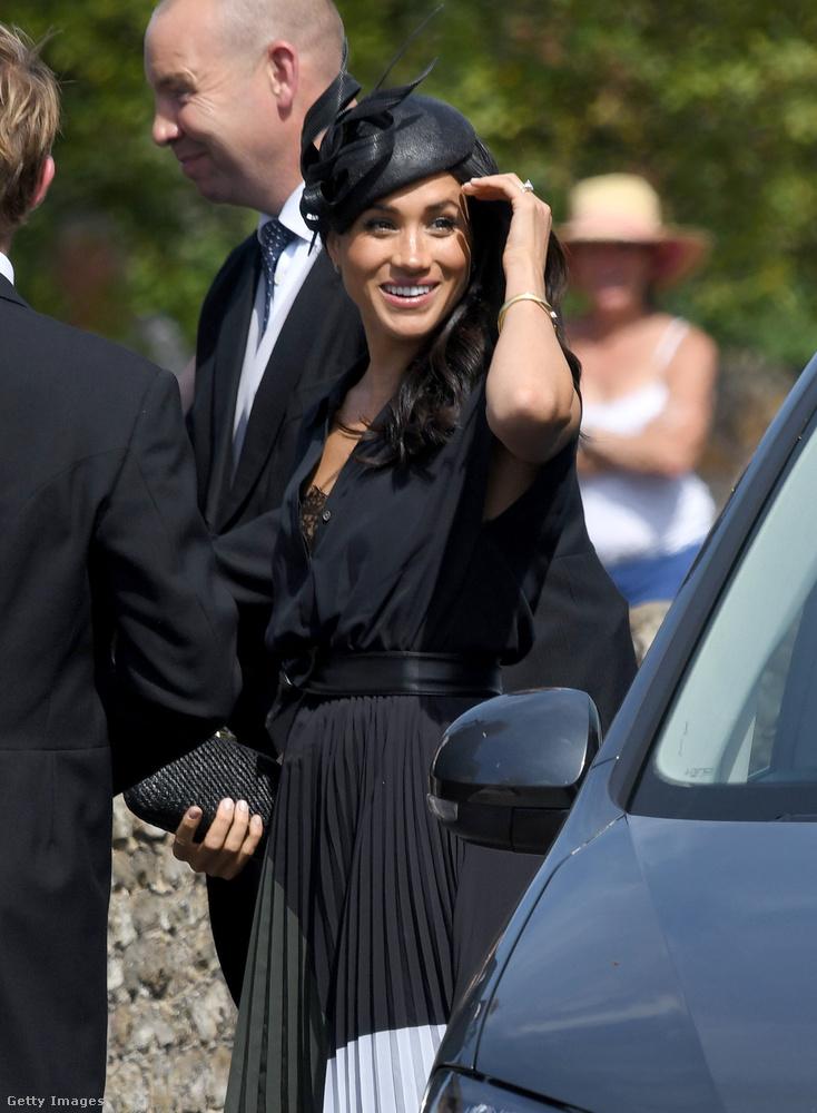 TÁDÁMMM!!!Őrület, de bizony a brit királyi család tagjai is viselnek fehérneműt, Meghan hercegné például az esküvőre ezt a fekete csipkés darabot választotta.