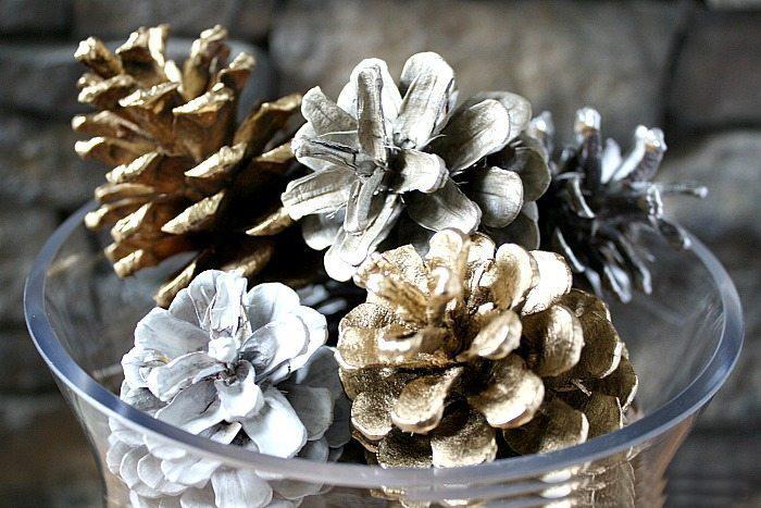 A fémes színűre lefújt tobozok csodás asztali dekorációk egy üvegtálba helyezve.