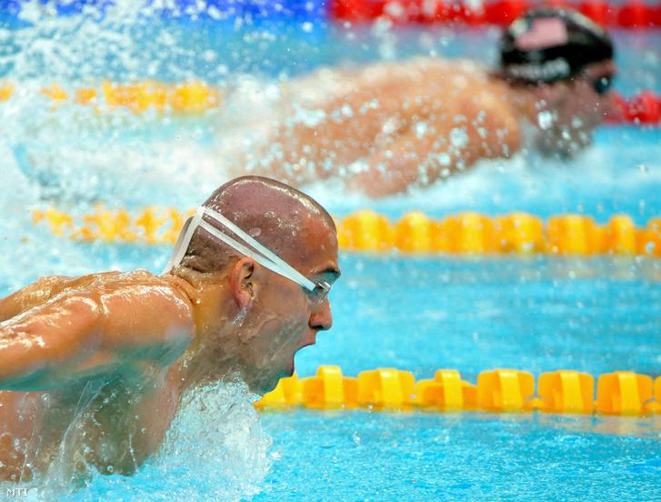 Cseh László (b) versenyez a 200 méteres pillangóúszás döntőjében ahol 1:52.70 perces Európa-csúccsal másodikként ért célba az amerikai Michael Phelps (j) mögött a Vízkockának nevezett Nemzeti Vízisportközpontban a XXIX. nyári olimpián.