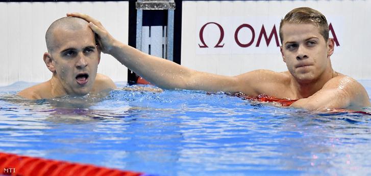 A harmadik helyezett Kenderesi Tamás (j) és a hetedik helyen végzett Cseh László a célban a férfi 200 méteres pillangóúszás döntőjében a riói nyári olimpián a Rio de Janeiró-i Olimpiai Uszodában 2016. augusztus 9-én.