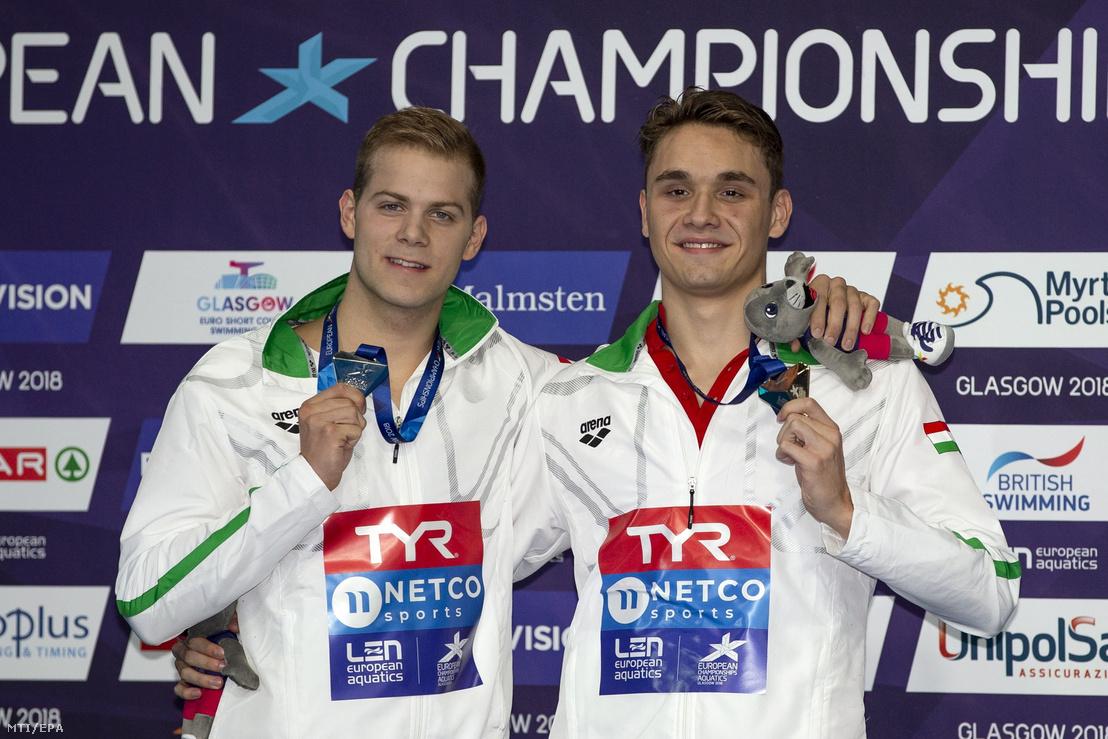 A férfiak 200 méteres pillangóúszásában aranyérmes Milák Kristóf (j) és az ezüstérmes Kenderesi Tamás az eredményhirdetésen a glasgow-i úszó Európa-bajnokságon 2018. augusztus 5-én.