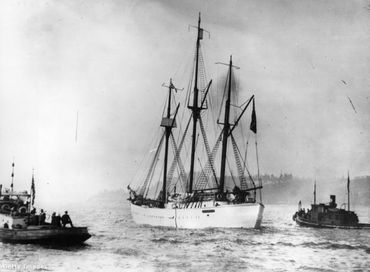 A Maud 1926. január 8-án, amikor két éves jégbe zárt fogság után visszatért egy északi-sarki expedíciójáról.